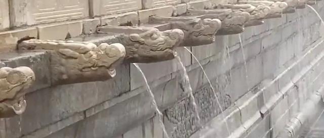 北京暴雨故宫再现九龙吐水 为古人的智慧点赞